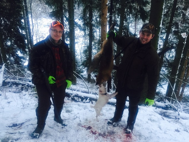 Två trötta jaktkamrater med dagens andra räv.